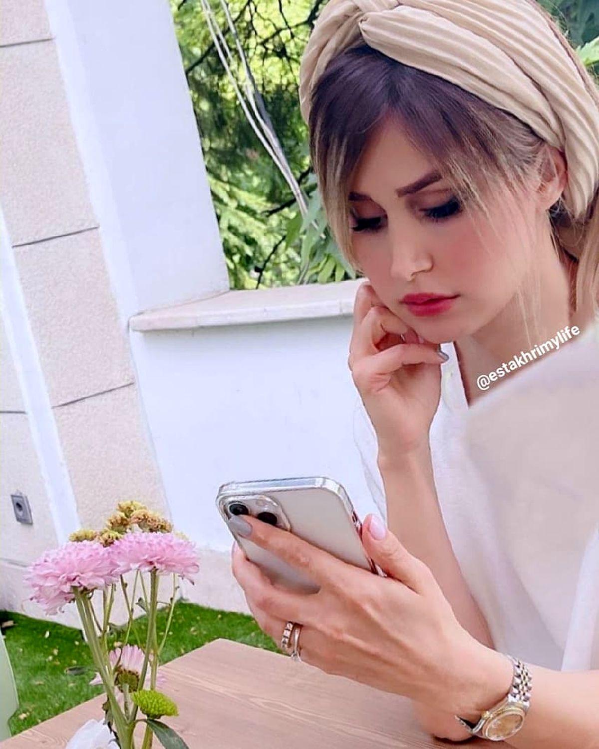 عکس بی حجاب همسر شاهرخ استخری در خانه ای زیبا