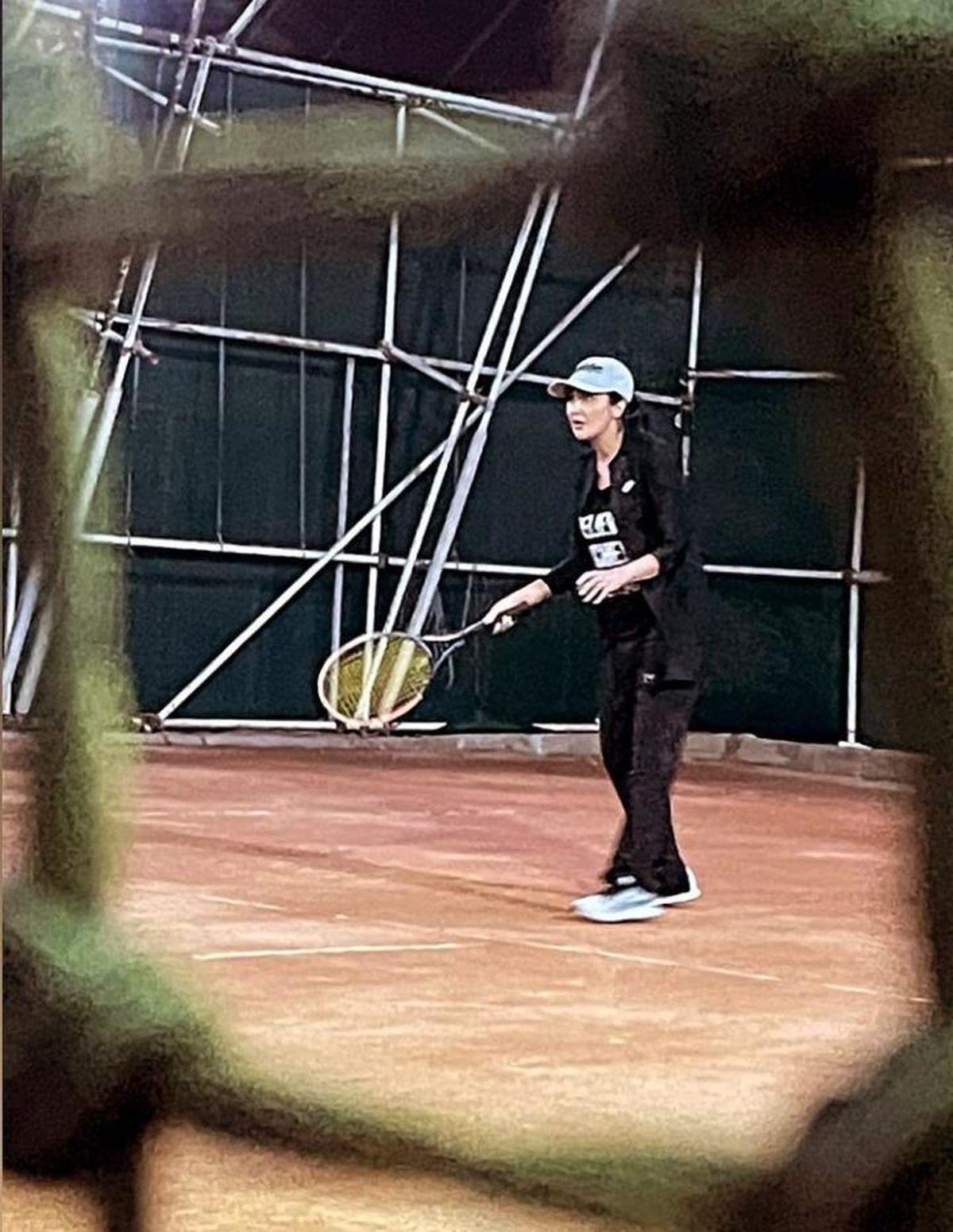مریم معصومی بدون حجاب و با لباس ناجور در حال تنیس بازی /عکس