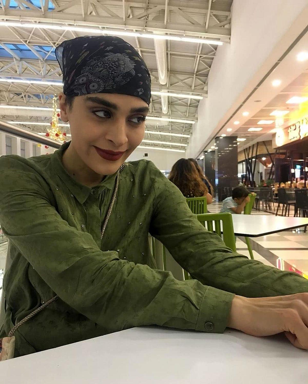 تیپ و حجاب عجیب و غریب اندیشه فولادوند در رستوران + عکس