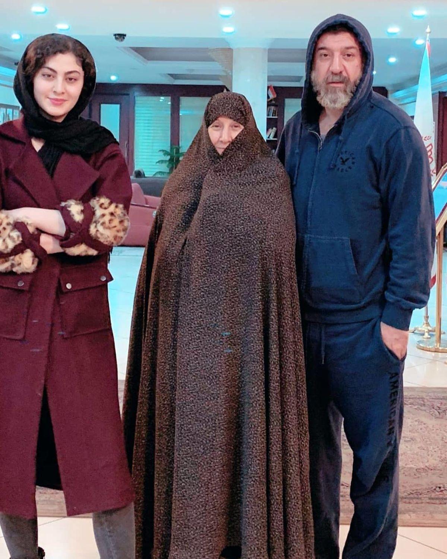 تیپ مریم مومن در کنار علی انصاریان و مادرش/عکس