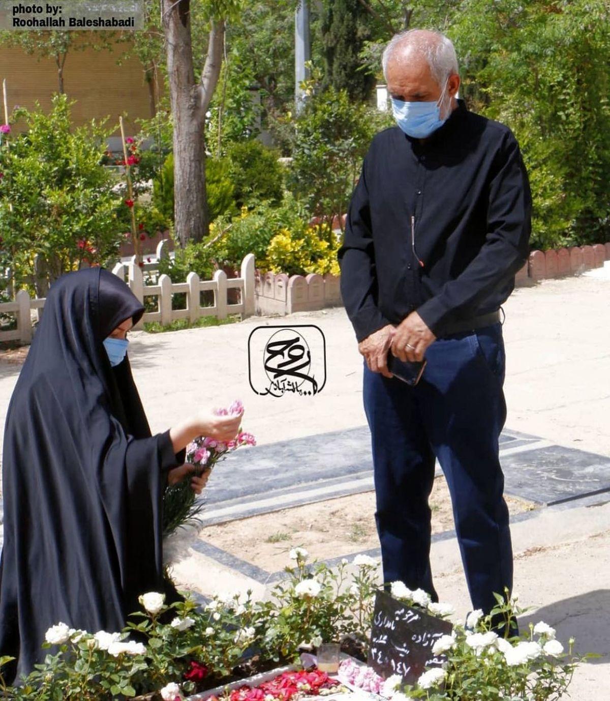 خواهر و پدر آزاده نامداری سر مزار او در مراسم چهلم+عکس
