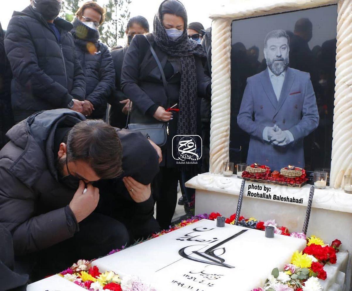 گریه و بی قراری خواهر علی انصاریان بر سر مزارش برادرش/عکس