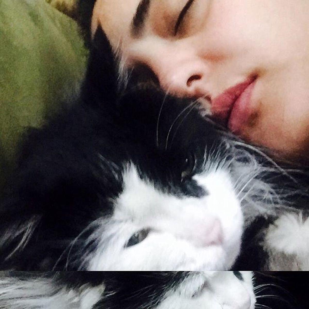 نرگس محمدی و حیوان خانگی اش در رختخواب ! +عکس