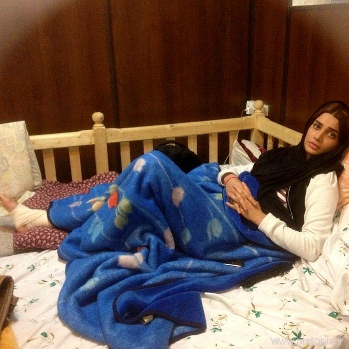 تینا آخوندتبار/ تینا آخوندتبار با پای عریان روی تختخواب+عکس