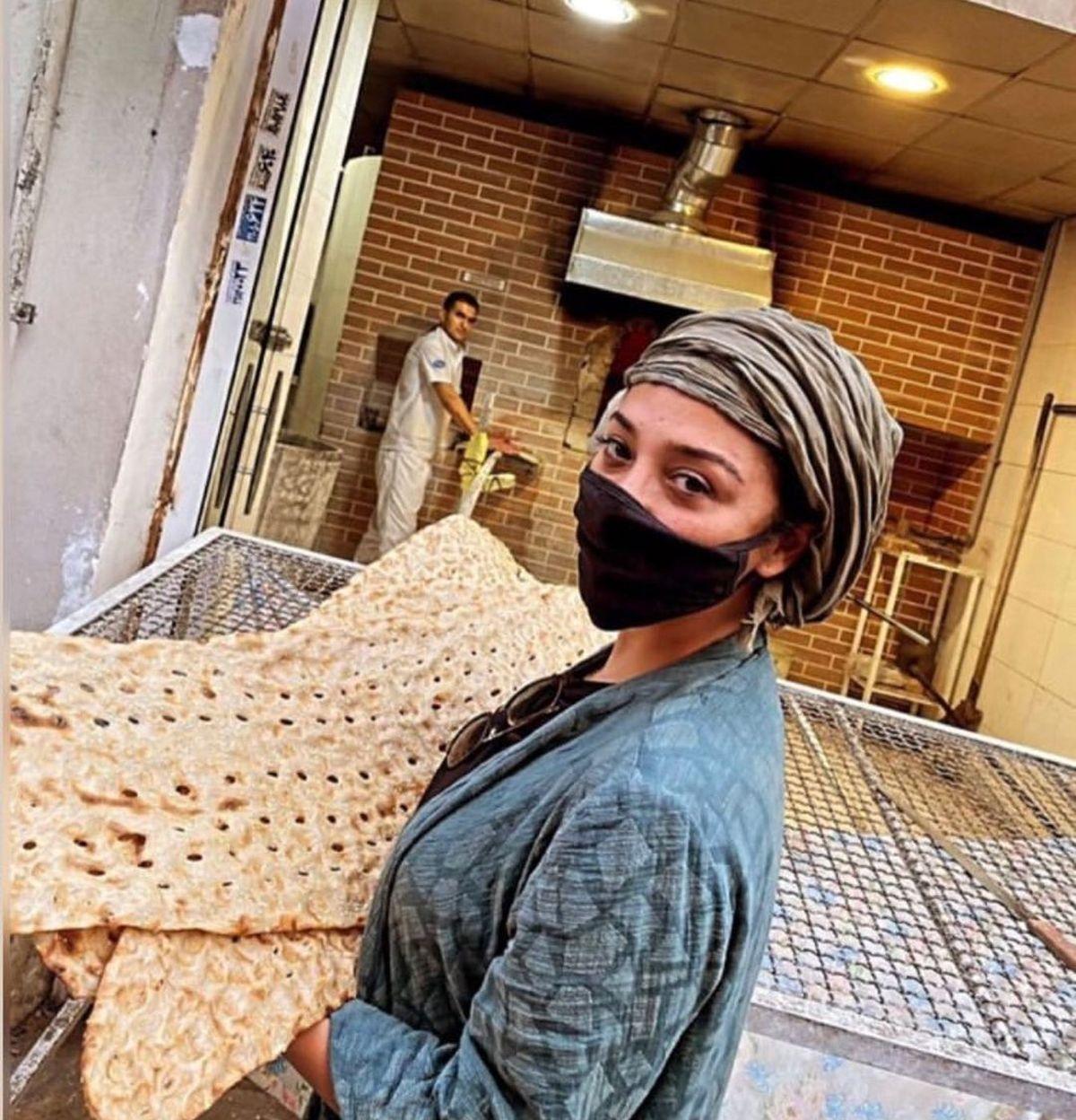 گردن عریان آناهیتا درگاهی/ لباس آستین کوتاه آناهیتا درگاهی در نانوایی+ عکس