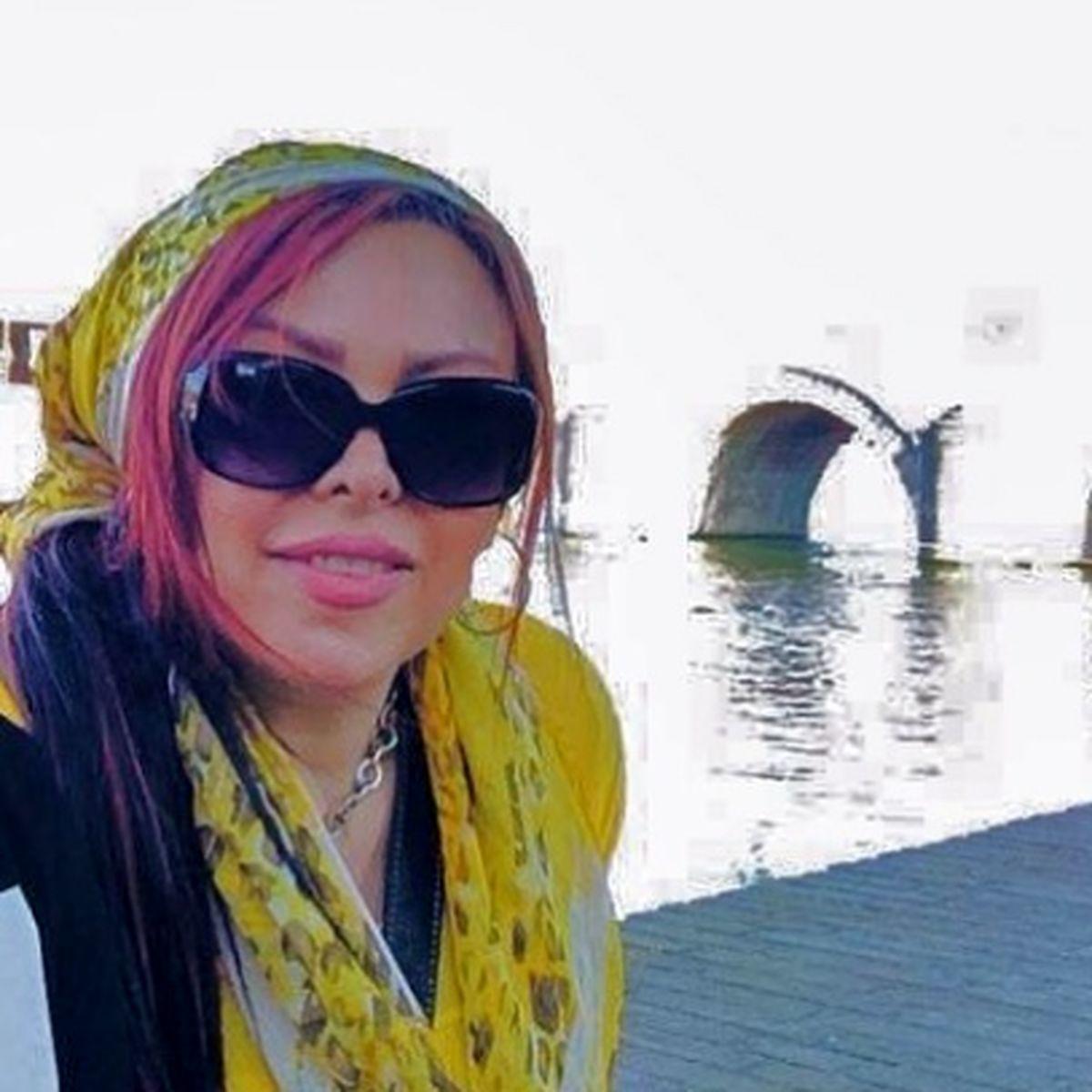 عکس بی حجاب فلور نظری کنار دریاچه با لباس یقه باز
