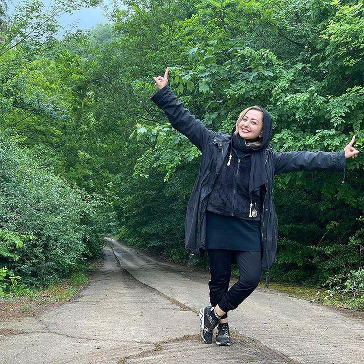گردش نفیسه روشن در جنگل های شمال با شلوار کوتاه + عکس