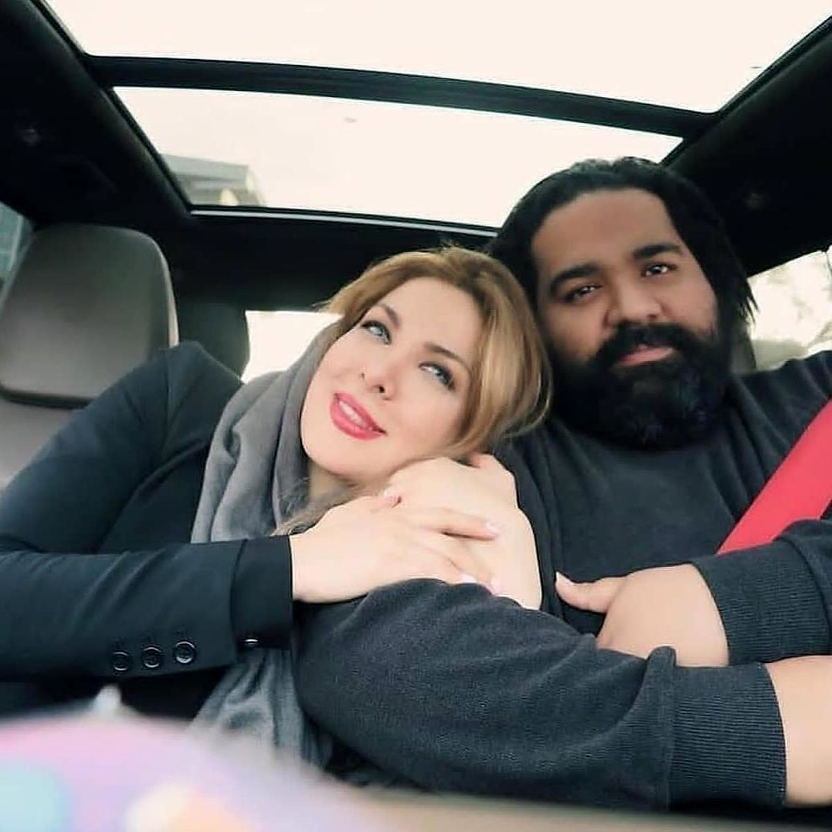 رضا صادقی و همسرش در آغوش هم در ماشین! +عکس