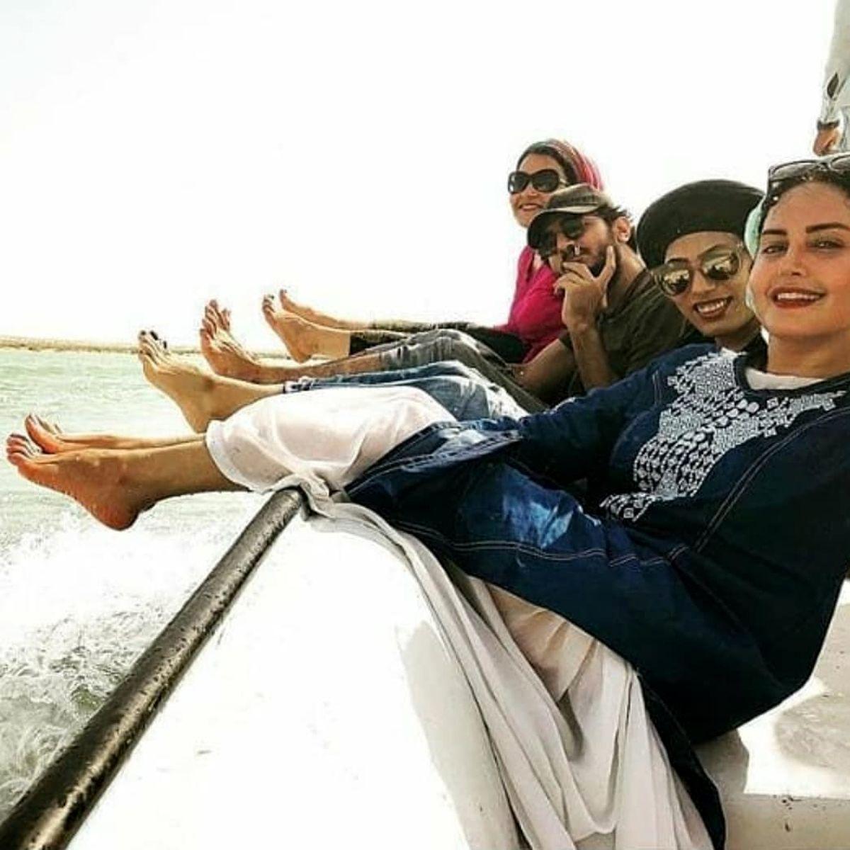 دراز کشیدن الناز شاکردوست در قایق تفریحی با دامن کوتاه + عکس